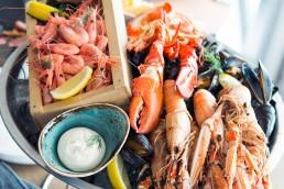 Skärets stora skaldjursfat med lokalt fångade räkor, havskräftor och musslor.