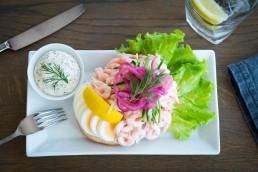 Skärets berömda räkmacka av färska råvaror och räkor från havet, serveras med surdegsbröd och dill.