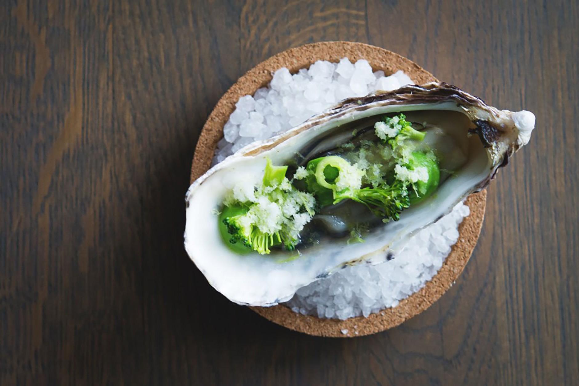 Maträtt lagad av färska ostron från havet
