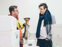 Vinnaren av Kockarnas Kamp 2018, Thomas Sjögren, köper in lokalproducerade råvaror med fisk.